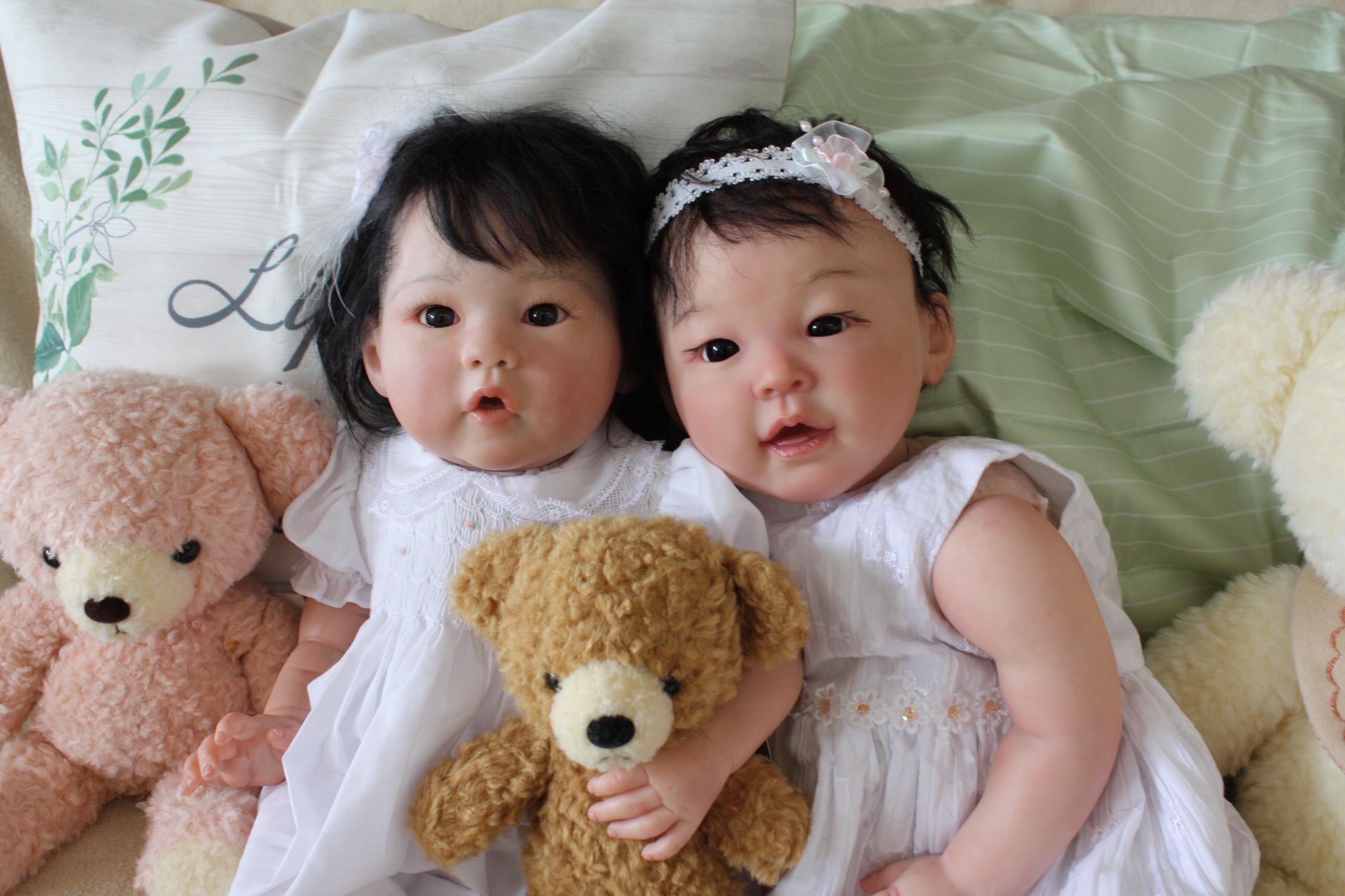 アジアのリボーンドール二人の写真